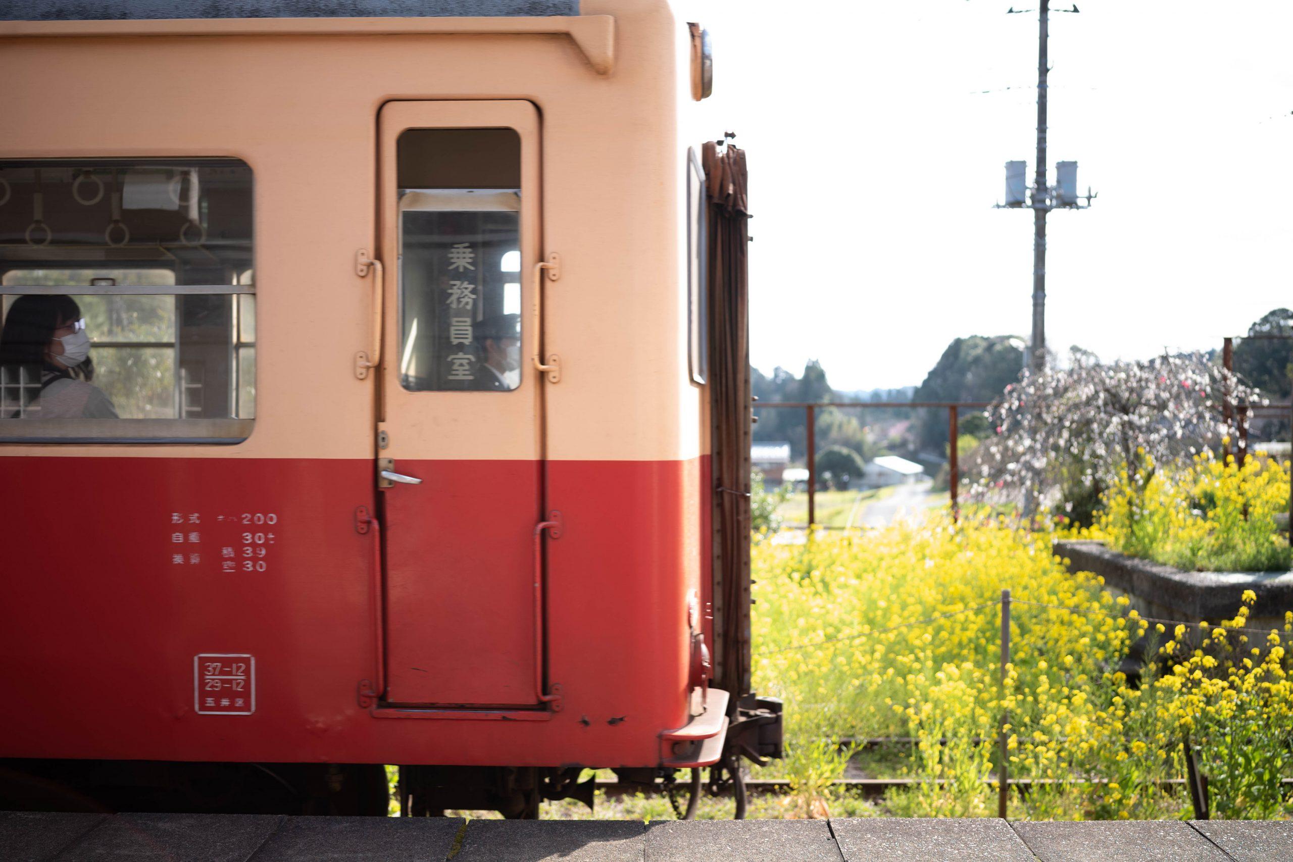 養老渓谷駅に入線する列車