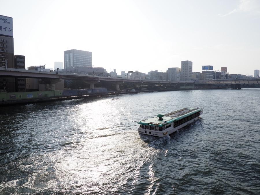 隅田川を北上する船。