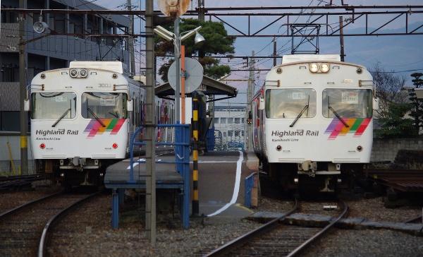 新村駅で交換する3000系