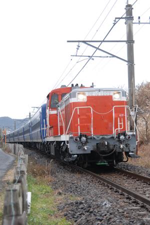 DE10型ディーゼル機関車が牽引する「快速DL南房総号」