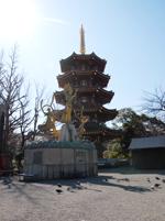 五重塔と観音像
