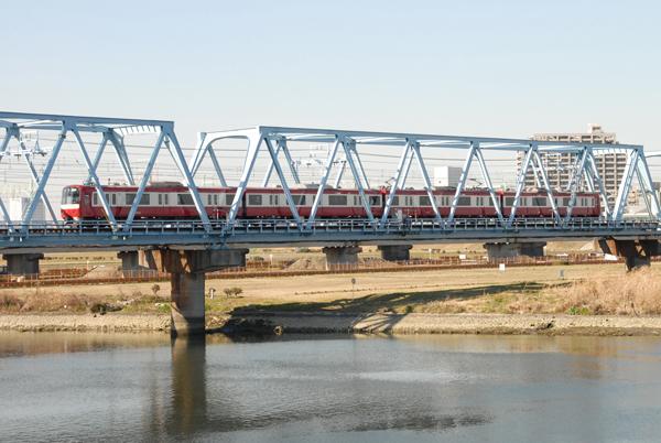 多摩川を渡る京急新1000系