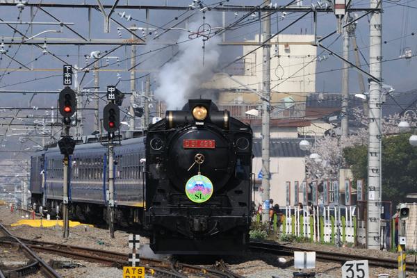 塩山駅に到着する快速「SL山梨桃源郷1号」
