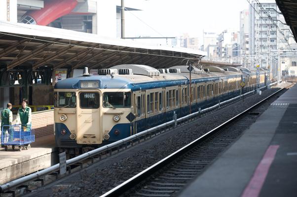 両国駅で新聞を積み込む新聞輸送列車