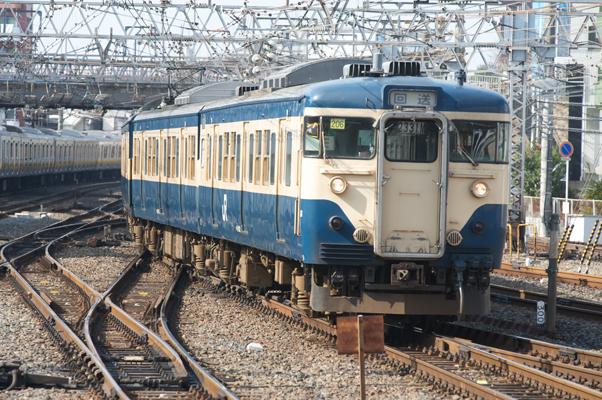 千葉駅に入線する新聞輸送列車