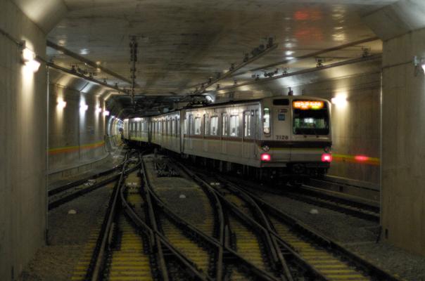 渋谷駅を出発する7000系