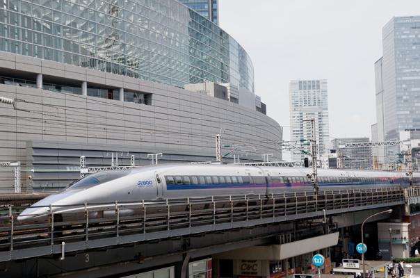 東京国際フォーラムの前を走る500系