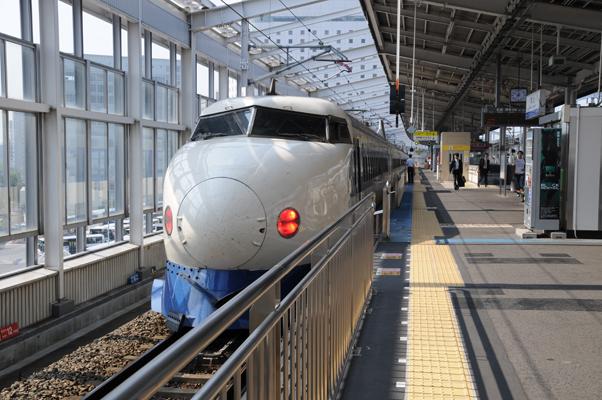 岡山駅に停車する0系新幹線(こだま639号)