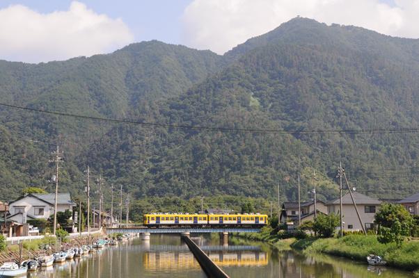 出雲の山並みを走る一畑電車