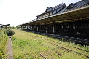 錆が目立つ駅の屋根