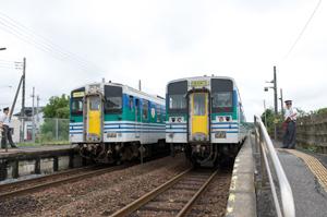 キハ37形(左)とキハ38形(右)の列車交換
