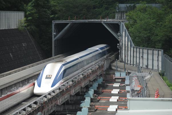 甲府方面から東京方面へ向けて試験走行するリニア