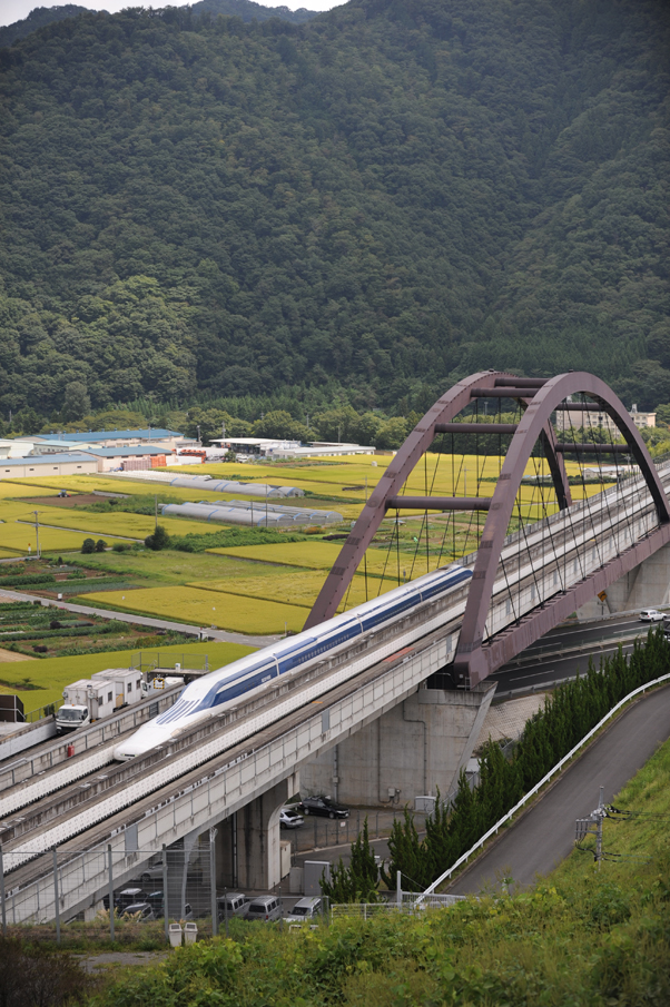 東京方面から甲府方面へ向けて試験走行するリニア