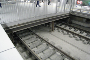 線路上に置かれた渡り板