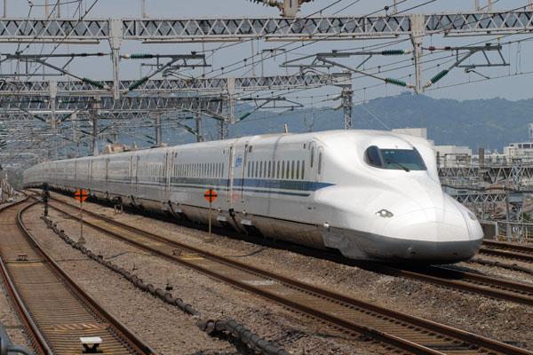 小田原駅を通過する新大阪行きN700系Z0編成