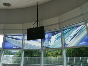 3階見学デッキの窓とモニター