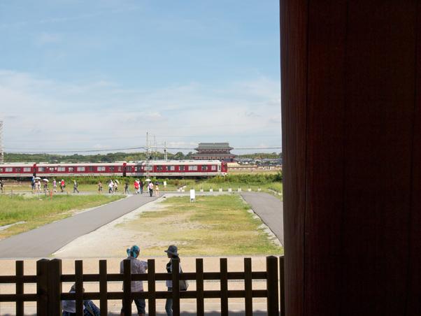朱雀門から見る近鉄電車