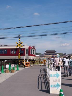遺跡内の踏切を通過する近鉄電車