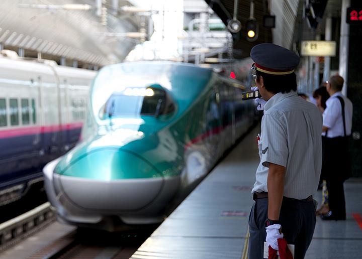 東京駅に入線するE5系