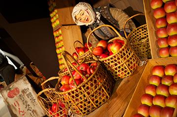 リンゴ売り人形