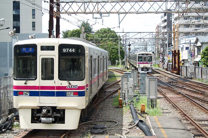 調布駅を出る列車