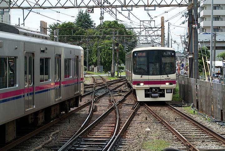 下り列車の通過待ち