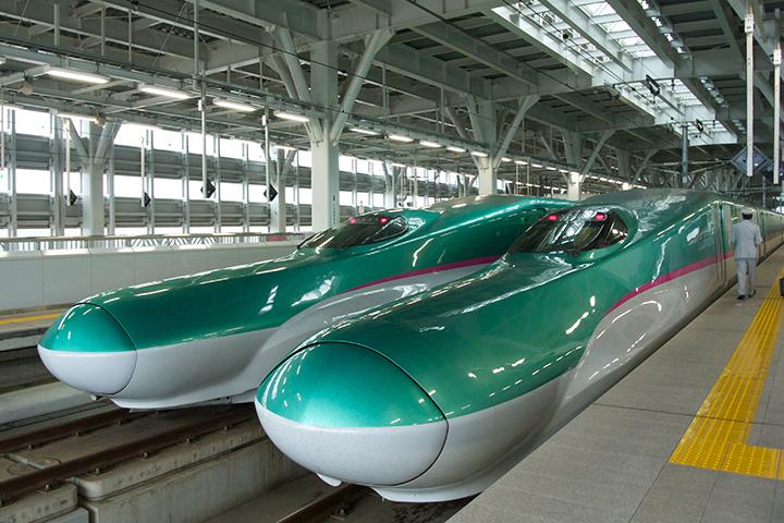 新青森駅に並ぶE5系