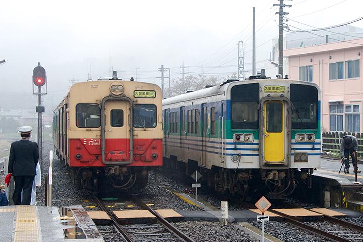 久留里駅で交換するキハ30形とキハ38形