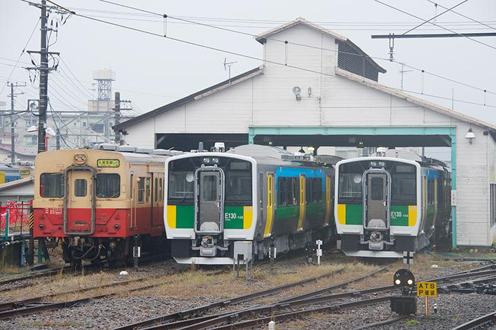 木更津駅の車庫に停まるキハ30形と新型車両