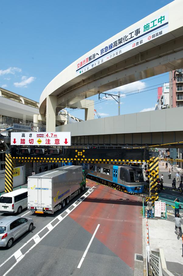 第一京浜を横切る空港線の踏切