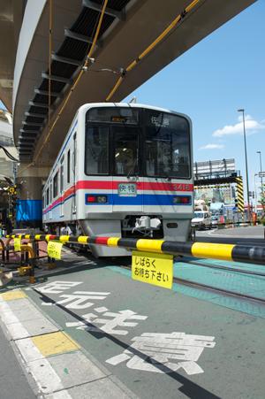 踏切を通過する京成3400系
