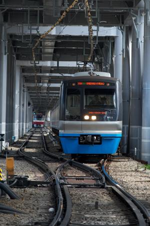 ポイントを通過する千葉ニュータウン鉄道9100系
