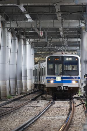 下り線を跨ぎ品川方面へ向かう北総鉄道7300系