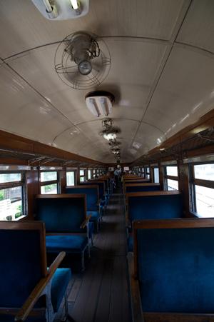 木目調の旧型客車