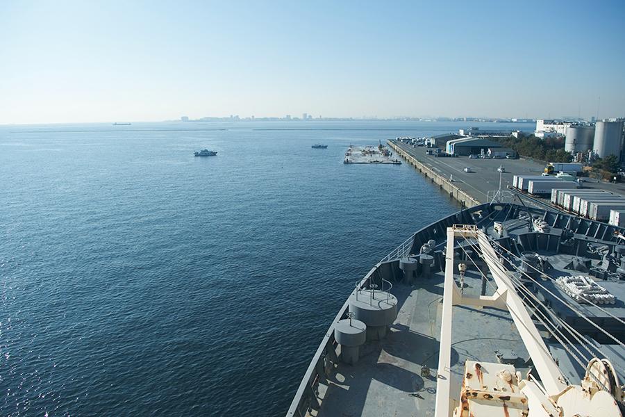 操舵室から望む船橋港