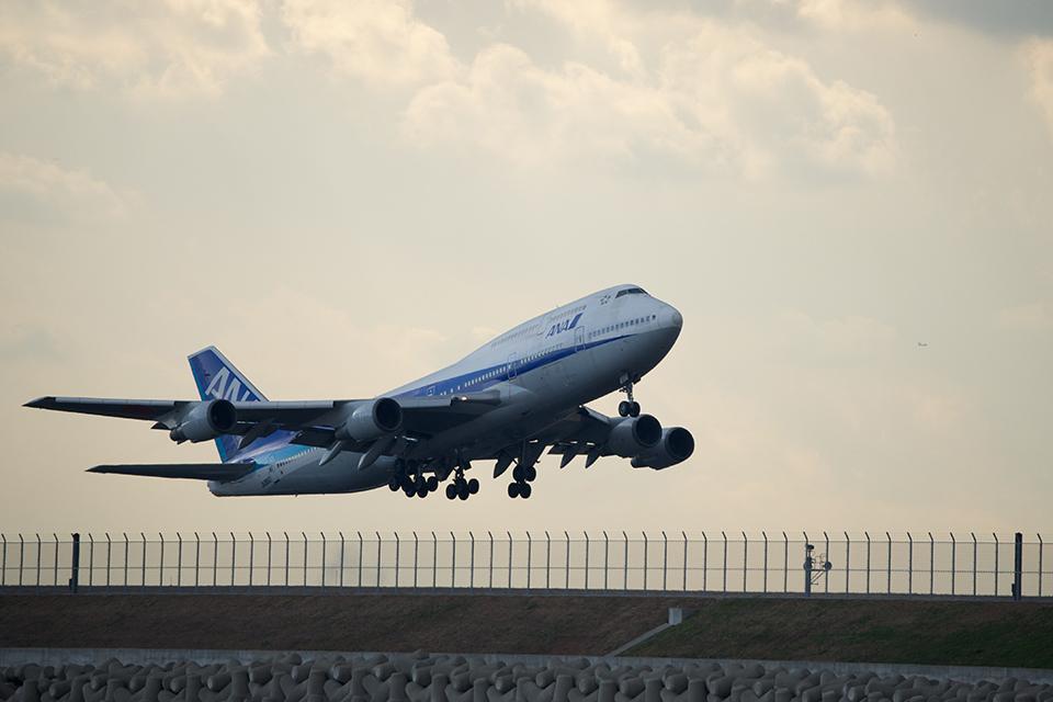 羽田空港を飛び立つB747