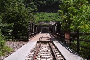深沢川に架かる橋と深沢トンネル