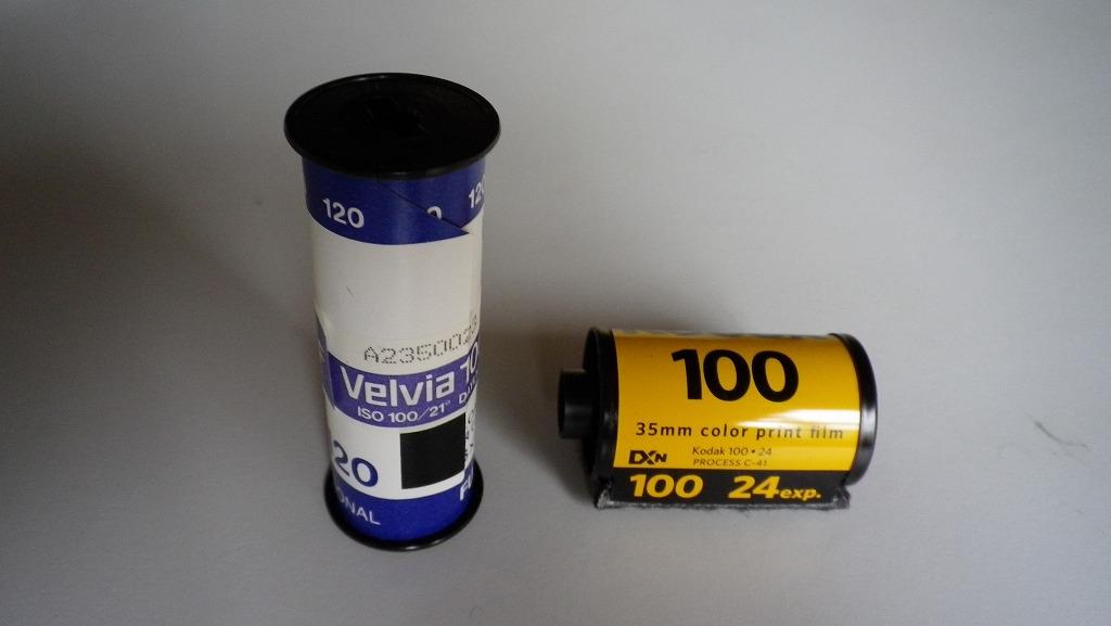 フィルム中身 左側ブローニーフィルム 右側35mmフィルム 上 6×7 下 645   【マップ
