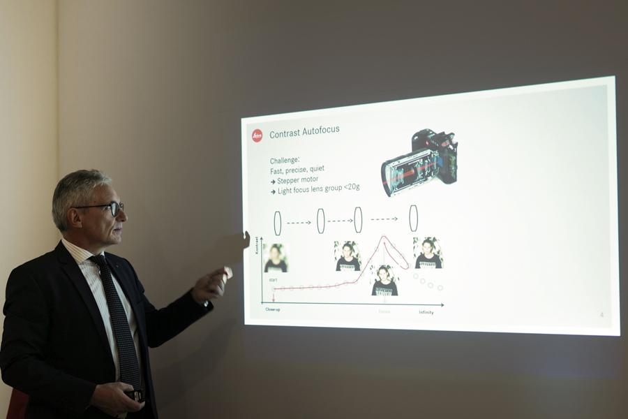 ステッピングモーターの仕組みについて説明するピーター・カルベ氏